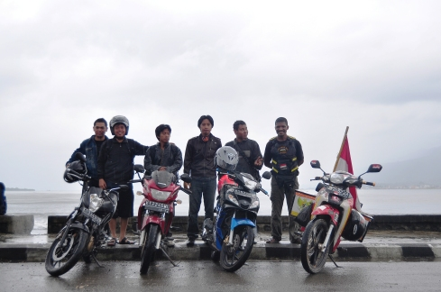 Si pengeliling Indonesia berdiri paling sebelah kiri kami.